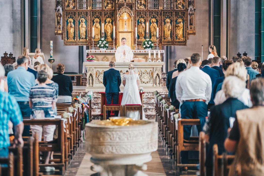 Gut katholisch und sehr feierlich: Die kirchliche Trauung in der Pfarrkirche St. Viktor in Damme.