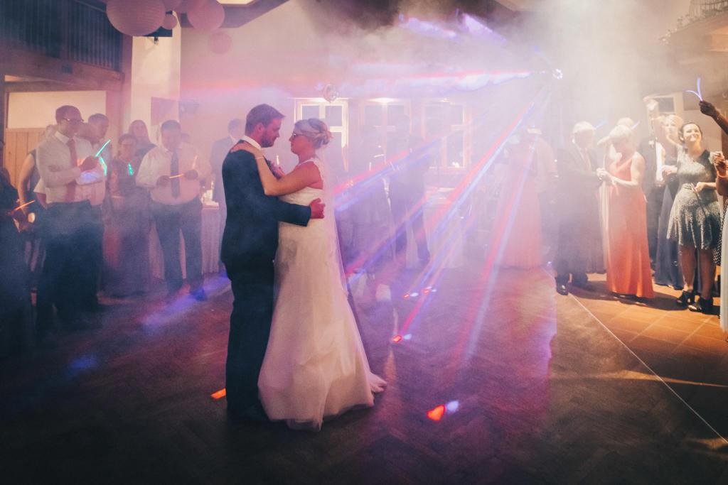 Lichteffekte auf dem Saal: Ein romantischer Höhepunkt der Hochzeitsfeier in Steinfeld.